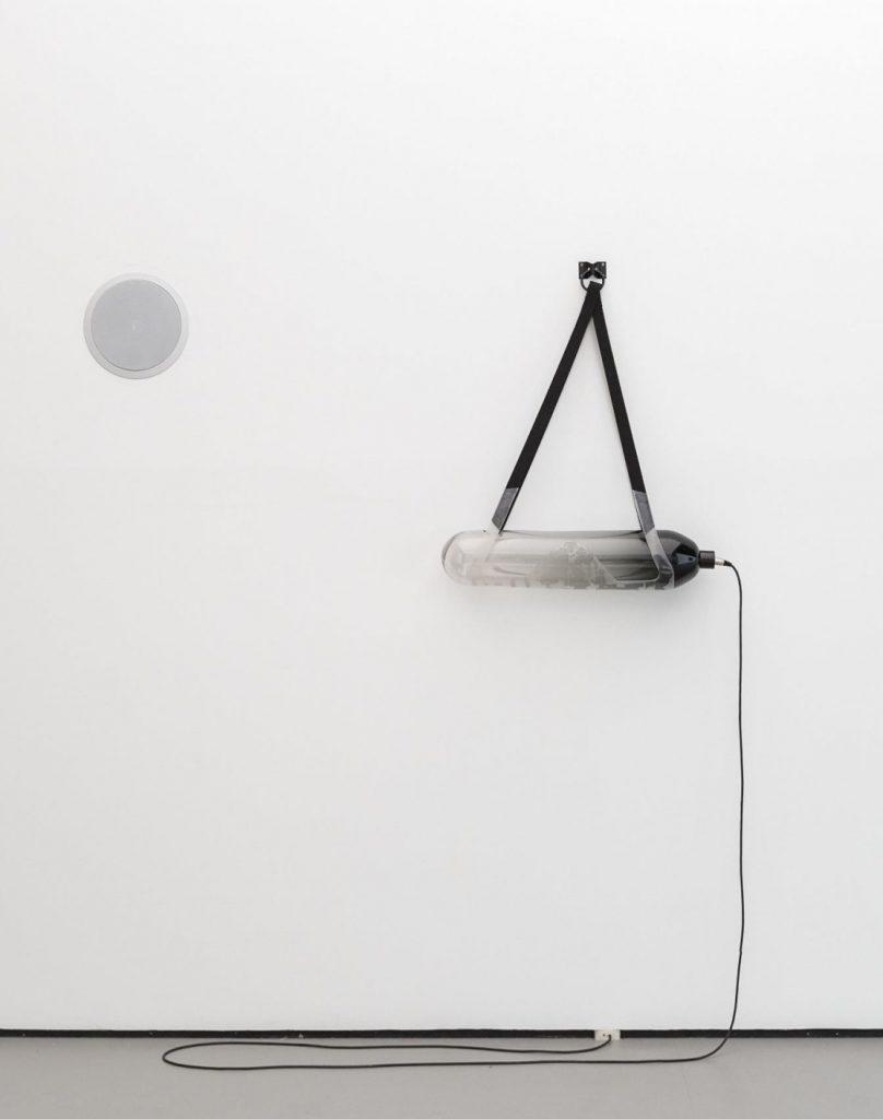 Jeanne Briand, Gamete Glass(black), 2016 Verre soufflé et pigments noirs, silicone, sangles, acier © Jeanne Briand