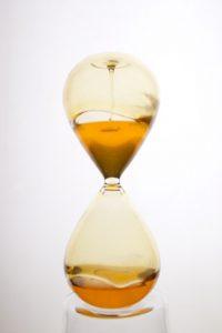Time is honey, 2016, sablier, miel, 30 x 16 cm et 16 x 7 cm © Gabriel Leger