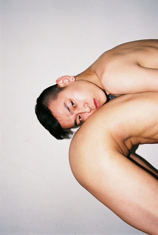 Ren Hang - Untitled - ref 000036, 2014, photo, C-print, 27x40cm-67x100cm - Exposition collective THIS NIGHT NEVER DOWN - Galerie épisodique / ON/gallery Beijing