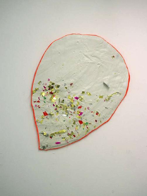 Sabine Leclercq, Canon! (Hot!), 2017. Plâtre, confettis, peinture. 86x66x5cm