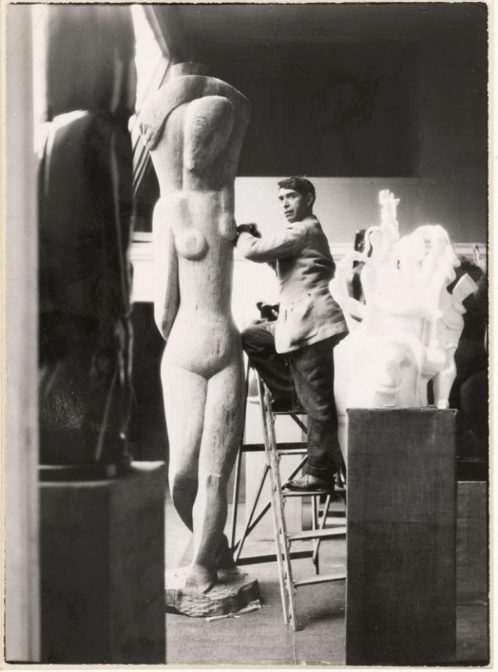 Ossip Zadkine taillant le bois de Rebecca ou La grande porteuse d'eau, dans son atelier de la rue d'Assas. Photographie anonyme, vers 1927. Paris, musée Zadkine