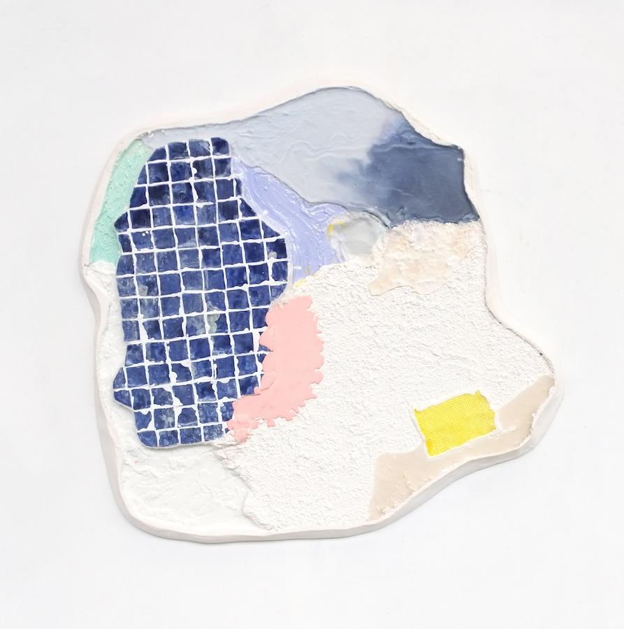 Côme Clerino, Fenêtre une, 2019. Médium, Plâtre polyester, résine acrylique, bre de verre, crépi, tissu, mastique acrylique, parra ne, colle thermoplastique, terre blanche, émail et résine polyester, 120 x 120 cm. Courtesy Côme Clérino