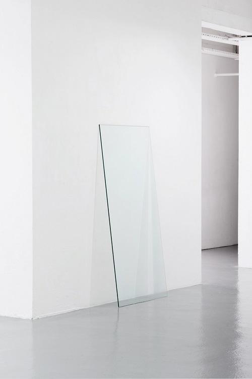 Estèla Alliaud, L'écho, verre sablé selon le dessin de sa propre ombre portée, 160x80cm. photo Benjamin Mouly
