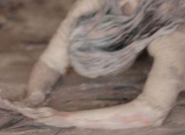 Sarah Trouche – Seule la femme qui gratte le sol semble totalement étrangère à la folie des gens – 06/02 au 28/03 – CAC La Traverse, Alfortville